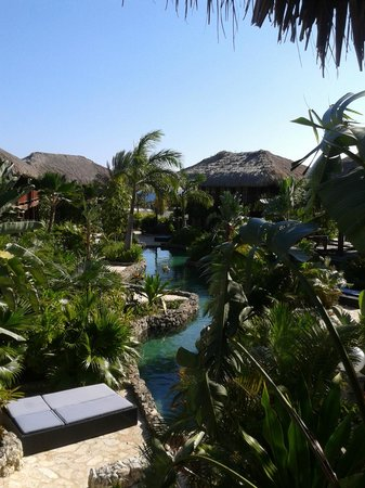 Van der Valk Kontiki Beach Resort: The beautiful garden with river pool