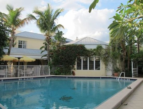 The Caribbean Court Boutique Hotel: Pool & Maison Martinique Restaurant