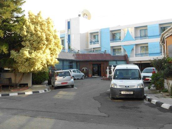 Nereus Hotel: Die eher unscheinbare Hoteleinfahrt