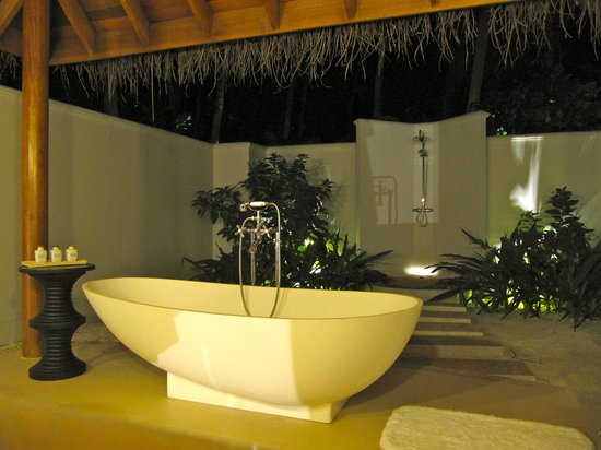 Dusit Thani Maldives: Outdoor Bathroom