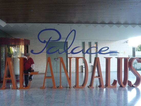 Silken Al-Andalus Palace Hotel: entrda al hotel