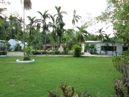 San San Tropez Villa-Hotel: Garden and Pool area