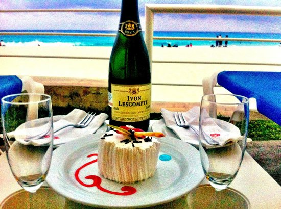 Krystal Cancun: Champagne greeting