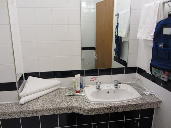 Royal National Hotel: Bagno, molto pulito. Il lavandino davvero microscopico. Bisogna chiudere la porta per accedervi.