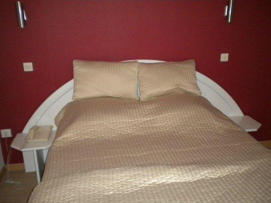 Hotel A l'Ange: chambre grand lit