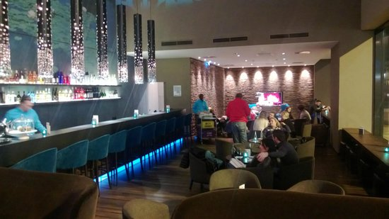 Motel One Wien Westbahnhof: After a nice day go to the lobby and have a cold beer