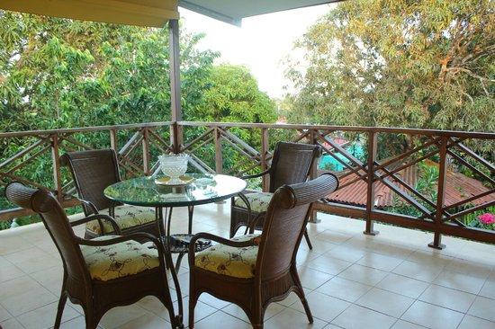 Hostal Doña Maria: Otro balcon con pequena sala para descansar