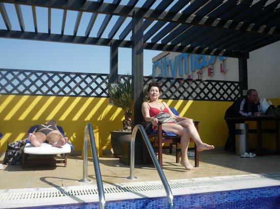 Citymax Hotels Bur Dubai: В бассейне предусмотрены лежаки,зонты и полотенца.Чистота.