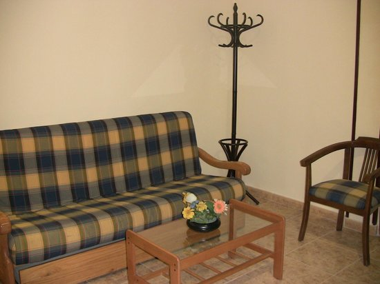 Hotel Apartamento Los Hermanos: SOFA EN LA HABITACION