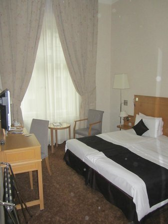 Hotel Century Old Town Prague - MGallery by Sofitel: Rooms are nice an the bed is gigantic