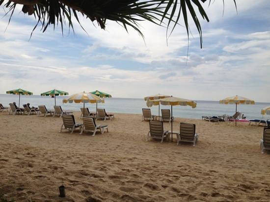 Naithonburi Beach Resort: пляж у отеля