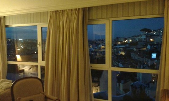 Olissippo Castelo: Beautiful, big windows; astounding view