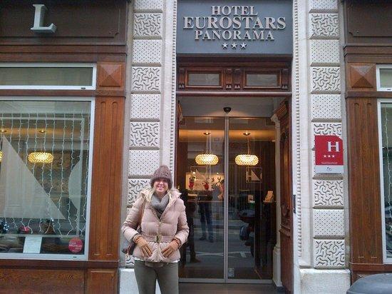 Eurostars Panorama Hotel: Sonia en la puerta del hotel