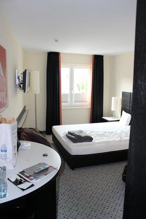 Hotel Burgcafe: Geräumiges, helles Zimmer
