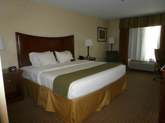 Holiday Inn Express Hotel & Suites Portland: Bed