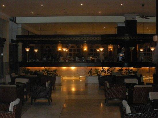 Renaissance Antalya Beach Resort & Spa: Le bar éclairé le soir, très convivial