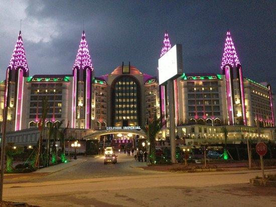 Delphin Imperial Hotel Lara: Het hotel 's avonds