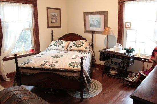 Prairie Creek Inn : Homestead Room...optional private bath