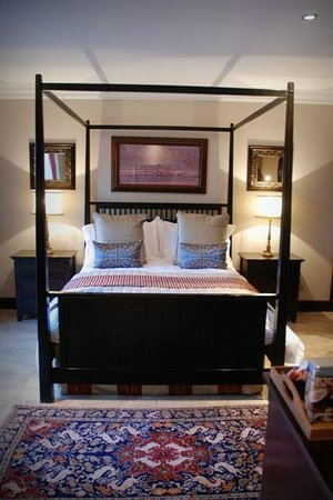 Kathuhari Guesthouse: Iron Suite with four poster bed.