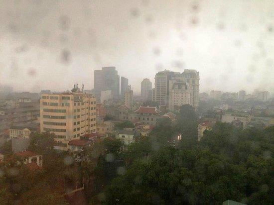 Melia Hanoi: Vista desde la habitación en un día lluvioso