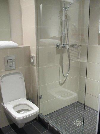 TRYP Berlin Mitte: Salle de bain
