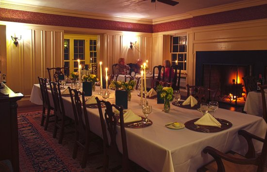 Greyfield Inn: The dining room is elegant and the food quite good.