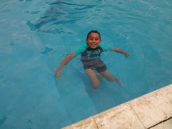 Norfolk Motel and Campervan Park : My son enjoying the pool.