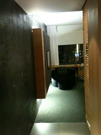 Hotel Le Germain Maple Leaf Square : modern, black concrete wall