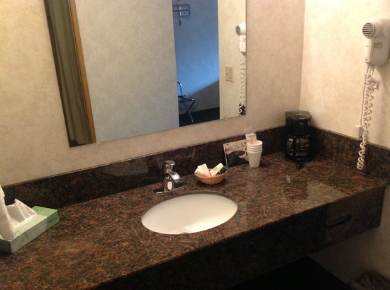 Guest House Inn : the staff said that they are doing a lot of remodeling, new counter