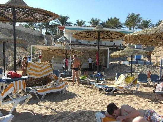 Sultan Gardens Resort: Beach Food with Beach bar behind it