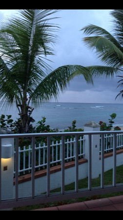 Villa Tropical Oceanfront Apartments on Shacks Beach: Storm moving in
