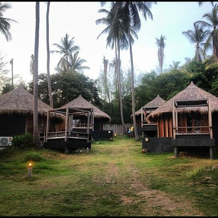 Haadtien Beach Resort: HUTS!