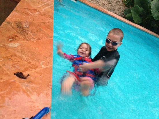 Casa Hamaca Guesthouse : Kids having a blast in the Casa Hamaca pool