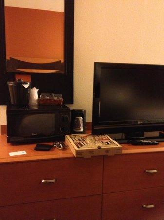 Fairfield Inn and Suites Palm Coast : TV/Microwave/Coffee Machine