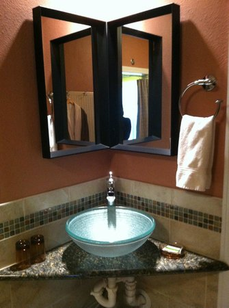The Speckled Hen Inn: Really cute sink & faucet