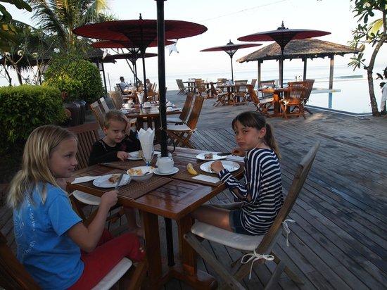 The Palm Beach Resort: Breakfast at restaurant