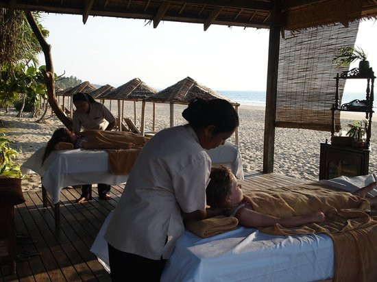 The Palm Beach Resort: Massage area