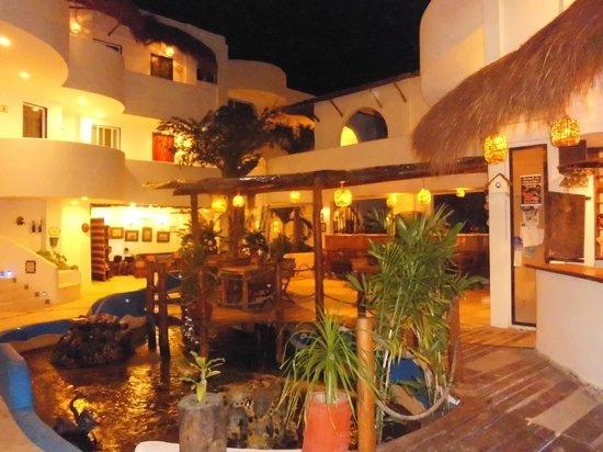 Koox Matan Ka'an Hotel: vista notturna interno albergo