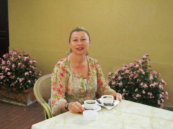 فيلا لا ستيلا - كاسا بير فيري: Having Breakfast in the courtyard of Villa la Stella 