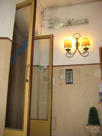 Hotel Souvenir : Filthy entrance...