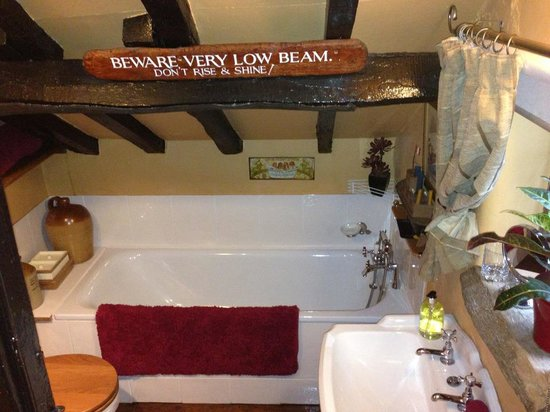 Wizards Thatch at Alderley Edge: bathroom