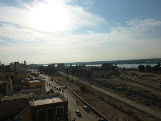 Emilio Hotel : Zicht op de tempel van Luxor en de Nijl vanaf het zwemdak