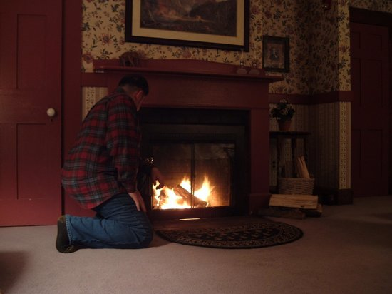 The Notchland Inn: Relaxing by the Crawford Room's fireplace