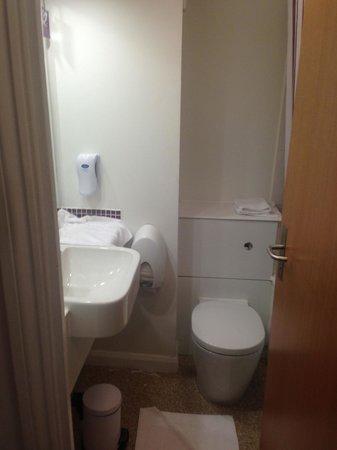 Premier Inn London Hampstead Hotel: Banheiro pequeno, mas com tudo necessário.