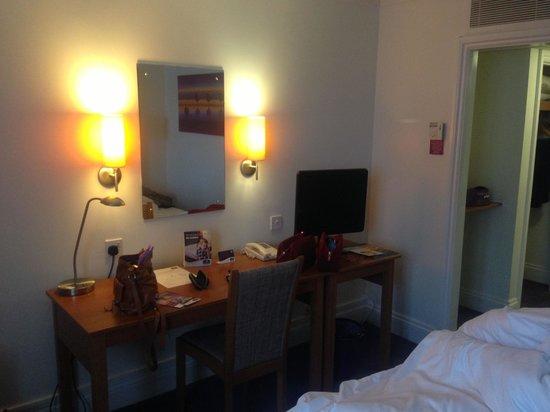 Premier Inn London Hampstead Hotel: Tv de Lcd, mesa para computador e outros acessórios e tomadas