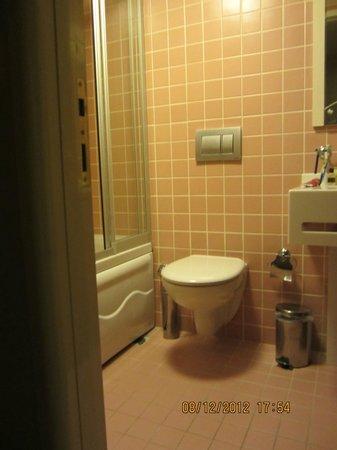 Mono Suites: الحمام نظيف
