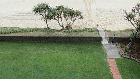 Foreshore Apartments: Only a few steps across grass to beach