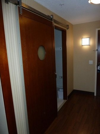 Four Points by Sheraton Jacksonville Baymeadows: Massive door feel like a prison. What's with the porthole?