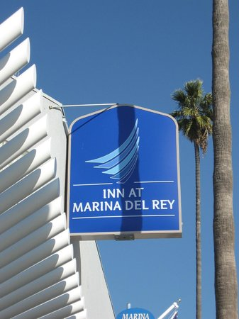The Inn at Marina del Rey: Sign at Front