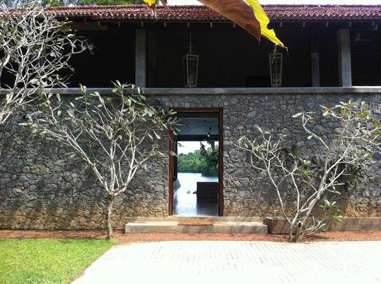 Roman Lake Hotel: entrance